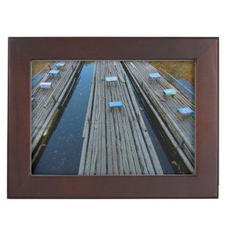 ギフト用の箱-穏やかな湖のいかだそして葉 ジュエリーボックス
