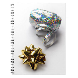 ギフト用包装紙の光沢がある弓およびリボンの螺線形ノート ノートブック