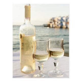 ギリシャのキクラデス諸島の島、Mykonosのテーブルのワイン ポストカード