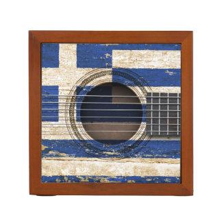 ギリシャの旗が付いている古いアコースティックギター ペンスタンド