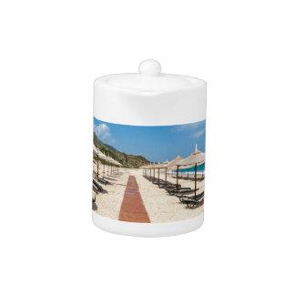 ギリシャの海のビーチパラソルそしてloungers