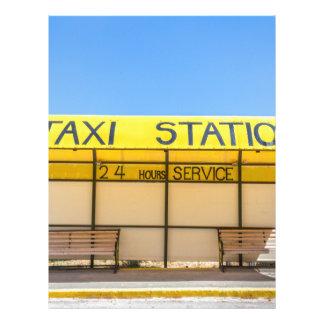 ギリシャの海岸の黄色いタクシーの場所 レターヘッド