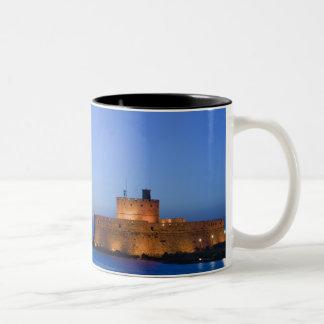 ギリシャのDodecaneseの島、ローデス、ローデスの町: ツートーンマグカップ