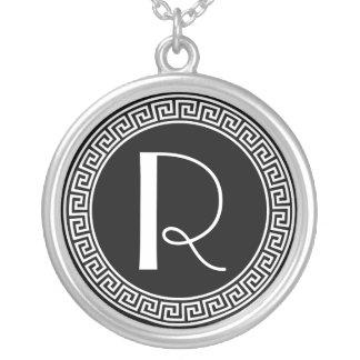 ギリシャ人の鍵のデザインのモノグラム シルバープレートネックレス
