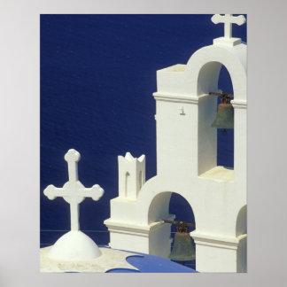 ギリシャ、Santorini。 ギリシャ教会の眺め ポスター