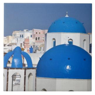 ギリシャ、Santorini。 鐘桜そして青いドームの タイル