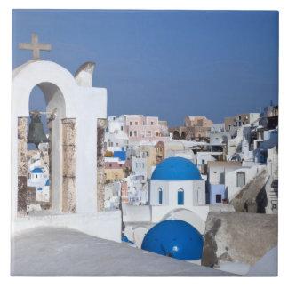 ギリシャ、Santorini。 2の鐘桜そして青いドーム タイル