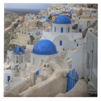 ギリシャ、Santorini。 3の鐘桜そして青いドーム タイル