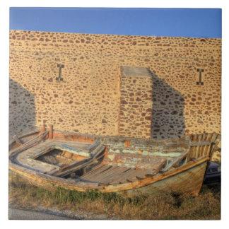 ギリシャ、Santorini、Oia。 乾燥したの古い漁船 タイル