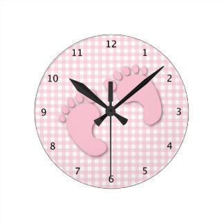 ギンガムの点検とのピンクのベビーの足 ラウンド壁時計
