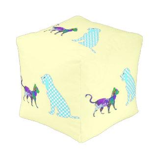 ギンガム犬および茶色のぶち猫 プーフ