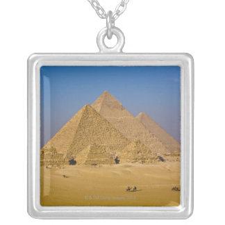 ギーザ、エジプトの素晴らしいピラミッド シルバープレートネックレス