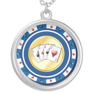 クォードが付いている青いポーカー用のチップはネックレスを楽勝で突破します シルバープレートネックレス