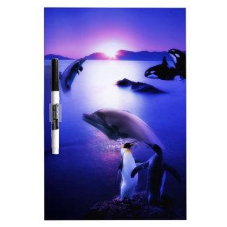 クジラのイルカのペンギンの海の日没 ホワイトボード