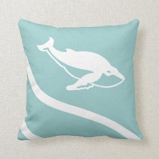 クジラ。 灰色の青い枕の白 クッション