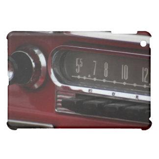 クラシックなカーラジオのダッシュボードのクローズアップ iPad MINI カバー