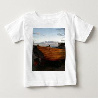 クラシックな木の漁船 ベビーTシャツ