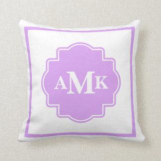 クラシックな紫色および白いモノグラムの枕 クッション
