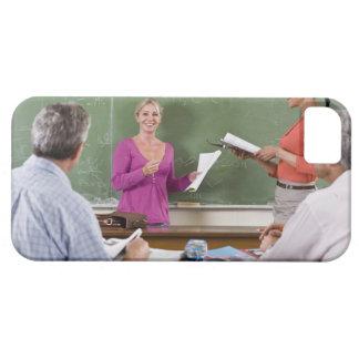 クラスおよび待機の先生に話している学生 iPhone SE/5/5s ケース