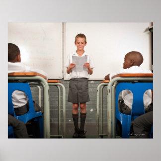 クラスの読書の前に立っている男の子 ポスター