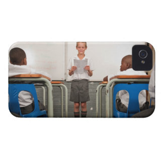 クラスの読書の前に立っている男の子 Case-Mate iPhone 4 ケース