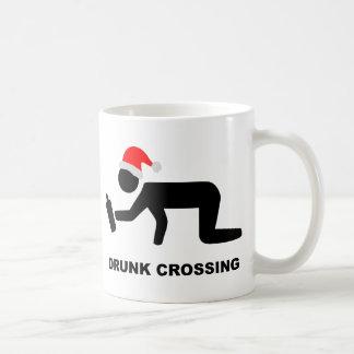 クリスマスによって飲まれる交差の印 コーヒーマグカップ