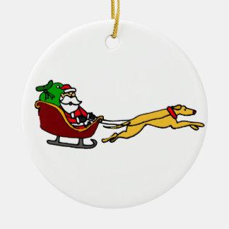 クリスマスのそりを引っ張っているおもしろいなグレイハウンド セラミックオーナメント