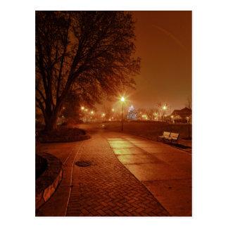 クリスマスのために飾られる霧深い夜に駐車して下さい ポストカード