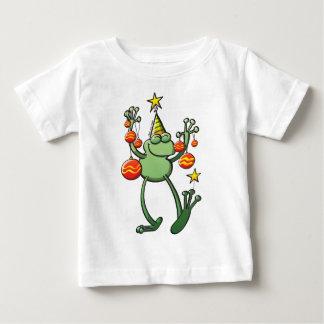 クリスマスのつまらないものと祝っている緑カエル ベビーTシャツ