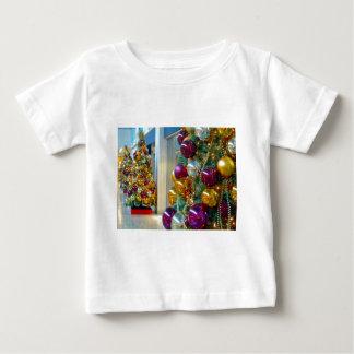 クリスマスのつまらないもの、金ゴールドおよび紫色 ベビーTシャツ