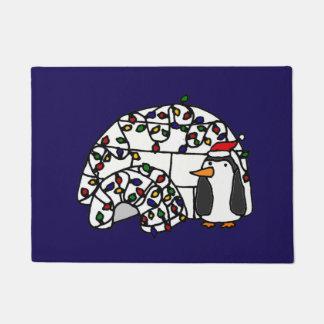 クリスマスのイグルーの隣のおもしろいなペンギン ドアマット