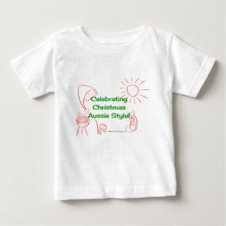 クリスマスのオーストラリアのスタイルのワイシャツの緑か赤を祝うこと ベビーTシャツ