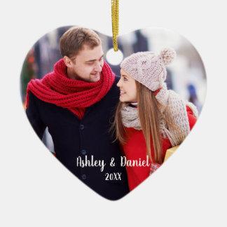 クリスマスのカップルの写真の赤いハートの雪の背部 セラミックオーナメント