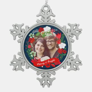 クリスマスのシェブロンの名前入りな花のリースの写真 スノーフレークピューターオーナメント