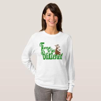 クリスマスのトナカイのパーティを楽しむ女性のTシャツ Tシャツ