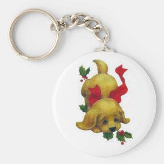 クリスマスのヒイラギを持つかわいい子犬 キーホルダー