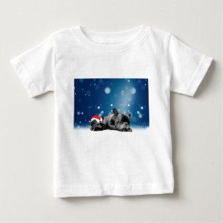 クリスマスのフレンチ・ブルドッグの子犬の雪のサンタの帽子 ベビーTシャツ