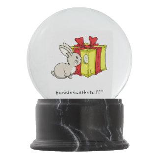 クリスマスのプレゼントが付いているバニー スノーグローブ