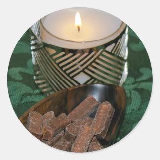 クリスマスの休日の蝋燭およびチョコレート・キャンディ2 丸形シール・ステッカー