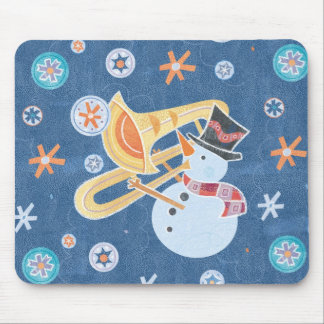クリスマスの休日音楽を作る雪だるまの角 マウスパッド