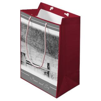 クリスマスの平和および喜びの冬Snowscene ミディアムペーパーバッグ