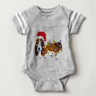 クリスマスの照明でもつれるバセット犬 ベビーボディスーツ