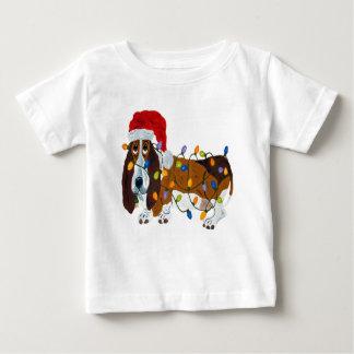 クリスマスの照明でもつれるバセット犬 ベビーTシャツ