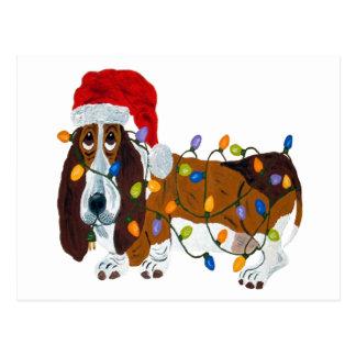 クリスマスの照明でもつれるバセット犬 ポストカード