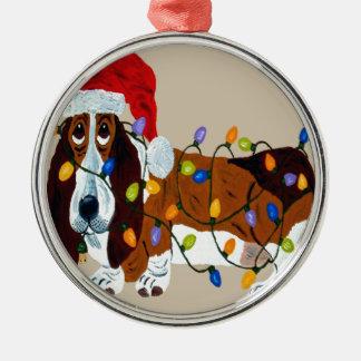 クリスマスの照明のオーナメントでもつれるバセット犬 メタルオーナメント