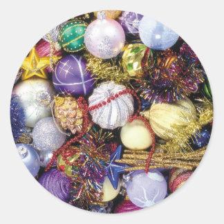クリスマスの球およびリボン ラウンドシール