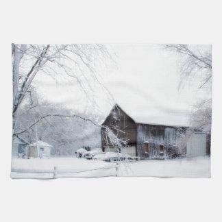 クリスマスの納屋で雪が降る キッチンタオル