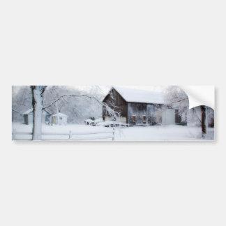 クリスマスの納屋で雪が降る バンパーステッカー