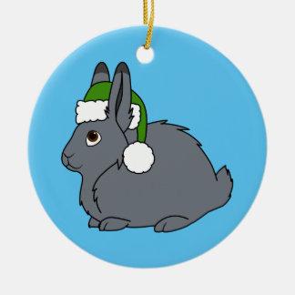 クリスマスの緑のサンタの帽子が付いている灰色の北極ノウサギ セラミックオーナメント