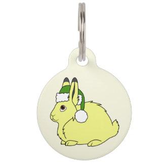 クリスマスの緑のサンタの帽子が付いている黄色い北極ノウサギ ペット ネームタグ